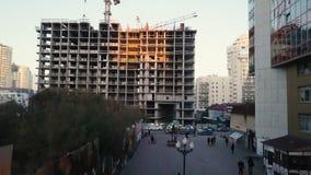 Budowa z żurawiami wideo Pracownicy budowlani budują widok z lotu ptaka Odgórny widok budowa Fotografia Royalty Free