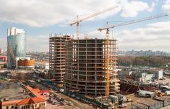Budowa z budynkami i żurawiem Obrazy Royalty Free
