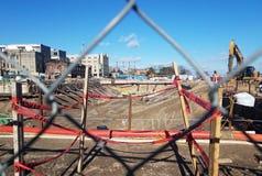 Budowa z z metalu ogrodzeniem, promieniami, maszynami i czerwoną niebezpieczeństwo taśmą w Aleksandria, Virginia fotografia stock