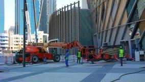 Budowa z pracownikami używa nowożytnych narzędzia i żurawie zbiory wideo