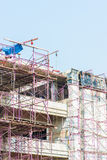 Budowa z żurawiami na niebieskiego nieba tle Zdjęcia Royalty Free
