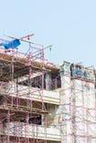 Budowa z żurawiami na niebieskiego nieba tle Fotografia Royalty Free