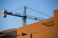 Budowa z żurawiem. zdjęcie royalty free