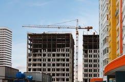 Budowa z żurawiem na niebieskiego nieba tle Obraz Royalty Free