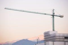 Budowa z żurawiem. Sierra Nevada w tle. zdjęcia royalty free