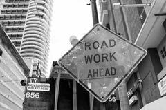 Budowa znak na miasto drodze Drogowa praca naprzód bezpieczeństwo i ostrzegać Transport podróż i ruch drogowy Ostrzega i ostrzega zdjęcia stock