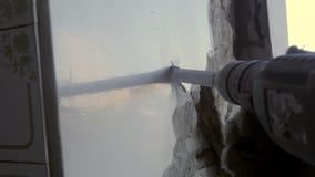 Budowniczego poncz usuwa stare ściany, usuwa starego tynk cegła zbiory wideo