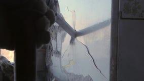 Budowniczego poncz usuwa stare ściany, usuwa starego tynk cegła zdjęcie wideo