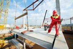 Budowniczego pracownik instaluje betonową płytę Zdjęcia Royalty Free