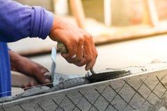budowniczego pracownika gipsowanie przy ścianą Fotografia Royalty Free