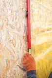 Budowniczego zapewniać ten ściana jest vertical trzymający budowniczych równych Obraz Royalty Free