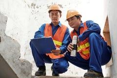 Budowniczowie dyskutuje harmonogram prac zdjęcia stock