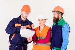 Budowniczowie i inżyniera argumentowanie, nieporozumienie Drużyna architekci, inżyniery Obrazy Royalty Free