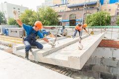 Budowniczowie pracuje na residental domowej budowie Zdjęcie Stock