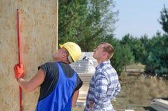 Budowniczy i inżynier sprawdza drewnianego ściennego panelu Zdjęcia Royalty Free