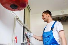 Budowniczy lub hydraulik pracuje indoors zdjęcie royalty free
