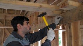 Budowniczy młotkuje gwóźdź Budowa dom od drzewa ekologicznie życzliwa produkcja Ramowy budynek zbiory