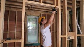 Budowniczy młotkuje drzwiową ramę zbiory