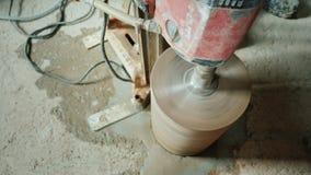 Budowniczy musztruje dziury w betonowej zasłonie dla kłaść wentylacji drymby i pionować zbiory wideo
