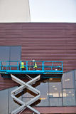 Budowniczy na Nożycowej dźwignięcie platformie przy budową Obrazy Royalty Free