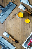 Budowniczy praca z fachowym naprawianiem uprawomocnia ustalonego drewnianego tło odgórnego widoku egzamin próbnego Obrazy Stock