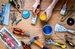 Budowniczy praca z fachowymi naprawiań narzędziami ustawia na drewnianego tła odgórnym widoku Obraz Stock
