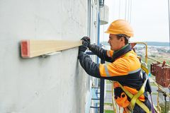 Budowniczy przy fasadowym robot budowlany Fotografia Royalty Free