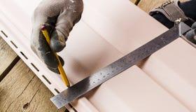 Budowniczy robi metering narożnikowemu straightedge Fotografia Royalty Free