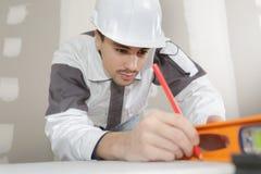 Budowniczy robi pewny ścienny prostemu obraz stock