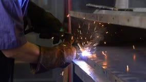 Budowniczy spawa części Indoors Instalacja i produkcja dzień 4k zdjęcie wideo