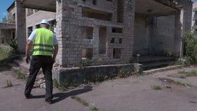Budowniczy sprawdza zaniechanych starych mieszkanie domy zbiory