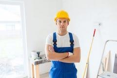 Budowniczy w hardhat z pracującymi narzędziami indoors Obrazy Royalty Free
