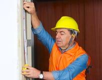 Budowniczy w hełma spojrzeniu na władcie fotografia royalty free