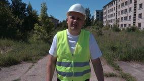 Budowniczy z walkie talkie odprowadzeniem na kamerze i opowiadać zbiory wideo