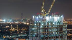 Budowy aktywność w Dubaj śródmieściu z żurawi i pracowników nocy timelapse, UAE zdjęcie wideo