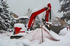 Budowy Backhoe Zatrzymujący na Zamarzniętym Śnieżnym dniu obraz stock
