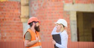 Budowy bezpieczeństwa inspekcja Dyskutuje postępu projekt Projekta budowlanego sprawdzać Zbawczy inspektorski pojęcie zdjęcia stock