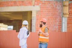 Budowy bezpiecze?stwa inspekcja Dyskutuje post?pu projekt Zbawczy inspektorski poj?cie Kobieta inspektor i brodaty obraz stock