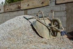 Budowy cementowy robić z starym wheelbarrow, piasek i grób; Zdjęcie Stock