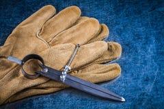 Budowy divider rzemienne ochronne rękawiczki na kruszcowej powierzchni Zdjęcia Stock