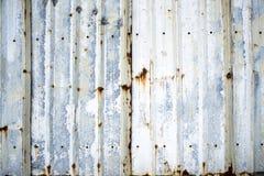 Budowy granicy fance ogradzający obok gofruje metalu prześcieradło zdjęcie royalty free