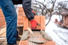 Budowy i kamieniarza murarz pracuje z, Obrazy Stock