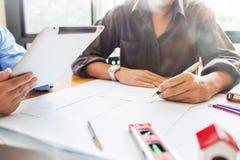 Budowy inżynierii spotkanie przy miejsca pracy biurowy pracujący har fotografia royalty free