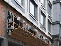 Budowy kołyska na drapacz chmur dla renewval naprawy fotografia royalty free