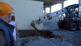Budowy maszyny wykopalisk dziura Zamieniać Stare drymby Obrazy Stock