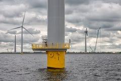 Budowy na morzu windfarm blisko holendera wybrzeża z chmurnym niebem Fotografia Stock