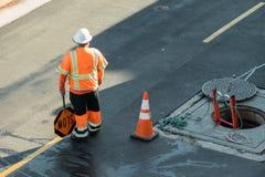 Budowy osoby chorągwiana pozycja manhole zdjęcia royalty free