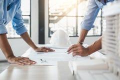 Budowy pojęcie inżyniera lub architekta spotkanie dla projec fotografia royalty free