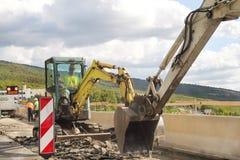 budowy przykopu instalacyjne drogowe pracy Odświeżanie na autostradzie Drogowa maszyneria przy budową Znaki i sygnalizować Obraz Stock