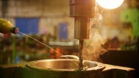 Budowy ro?lina Maszynowy musztrowanie dziura w ?elaznym szczeg?le Dym przychodzi za frykcji od Metalu golenia zdjęcie wideo